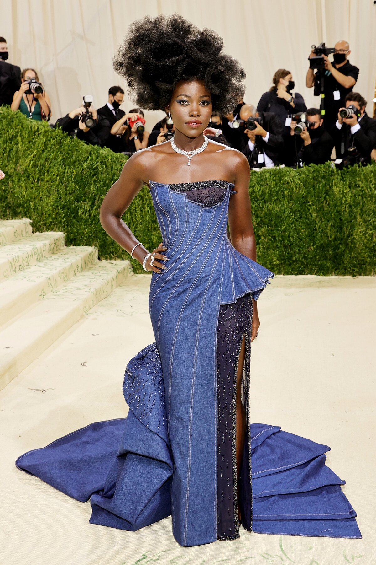 Lupita Nyong'o in Versace (Photo credit: Mike Coppola / Getty Images)